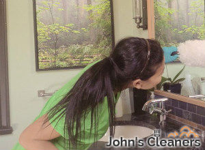 cleaning-the-bathroom-clapham